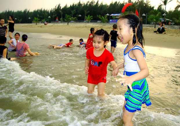 Vui chơi trên bờ biển Hải Tiến